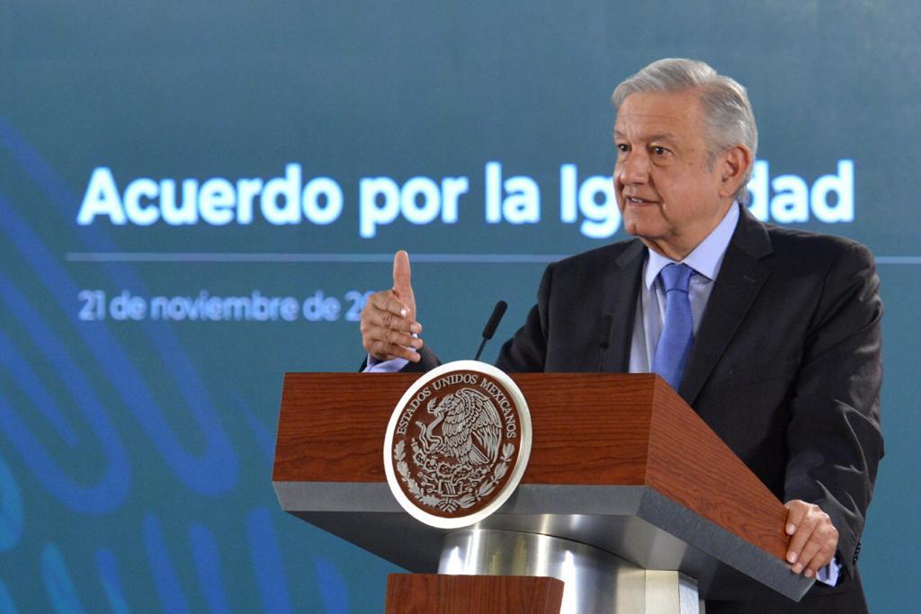 Ahora AMLO defiende a capitán que defendió aeropuerto de Texcoco