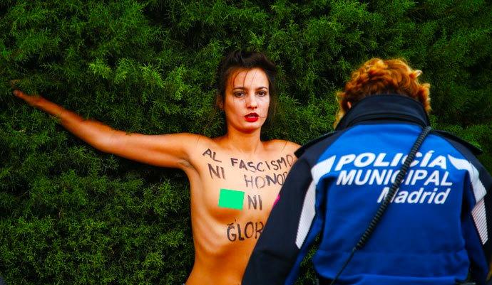 Integrantes de Femen irrumpen en acto franquista en Madrid