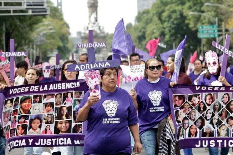 Marcha contra feminicidios; colocan en el Zócalo ofrenda a víctimas