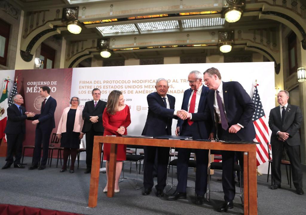 AMLO y Ebrard cantan victoria en firma de las modificaciones del T-MEC