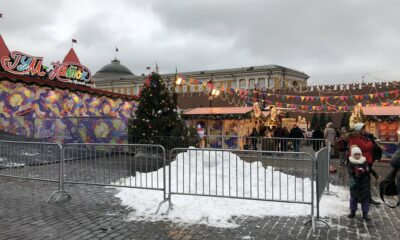 Usan nieve falsa para decorar calles en Moscú