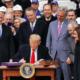 Trump firma T-MEC… presumiendo construcción del muro