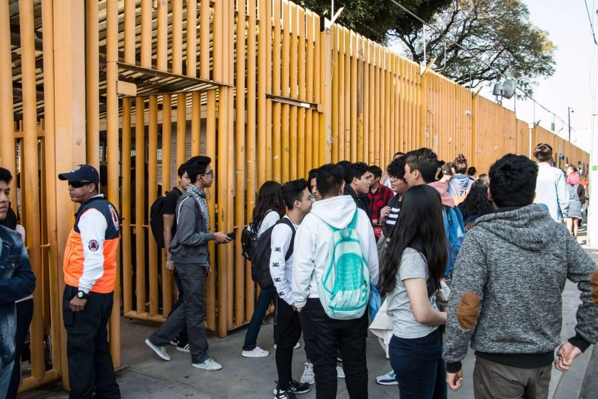 Alumnos y encapuchados chocan por entrega de Prepa 9