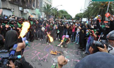 Encapsulan marcha de mujeres en avenida Juárez; se enfrentan a policías