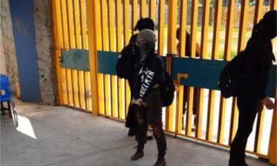Personas encapuchadas toman el CCH Oriente