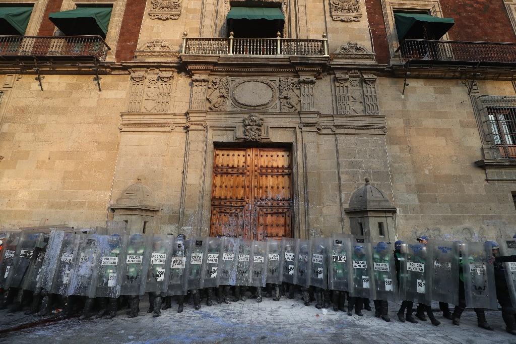 Inician trabajos para limpiar pintas en Palacio Nacional