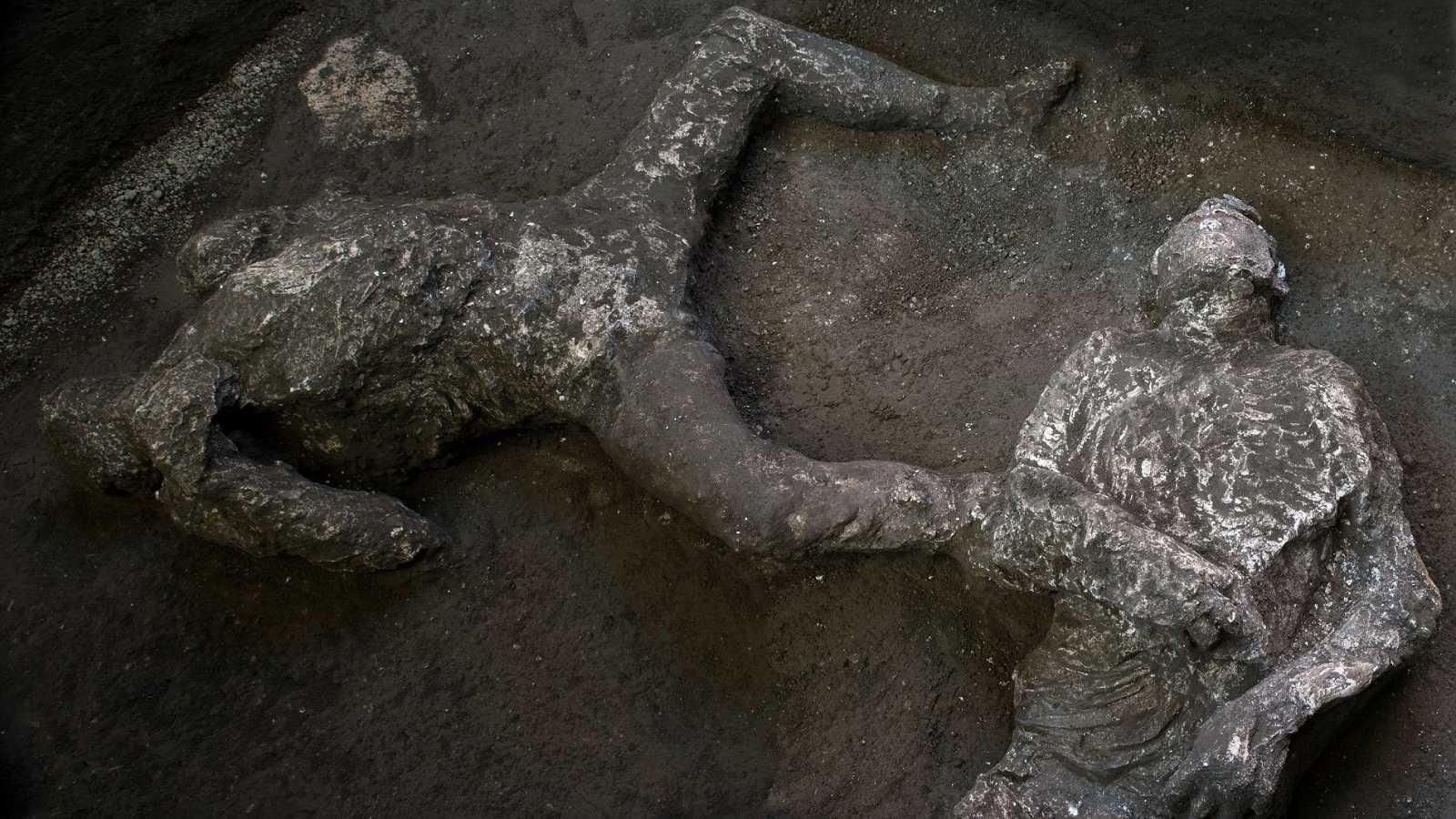 Arqueólogos descubren a dos personas que murieron por explosión del Vesubio