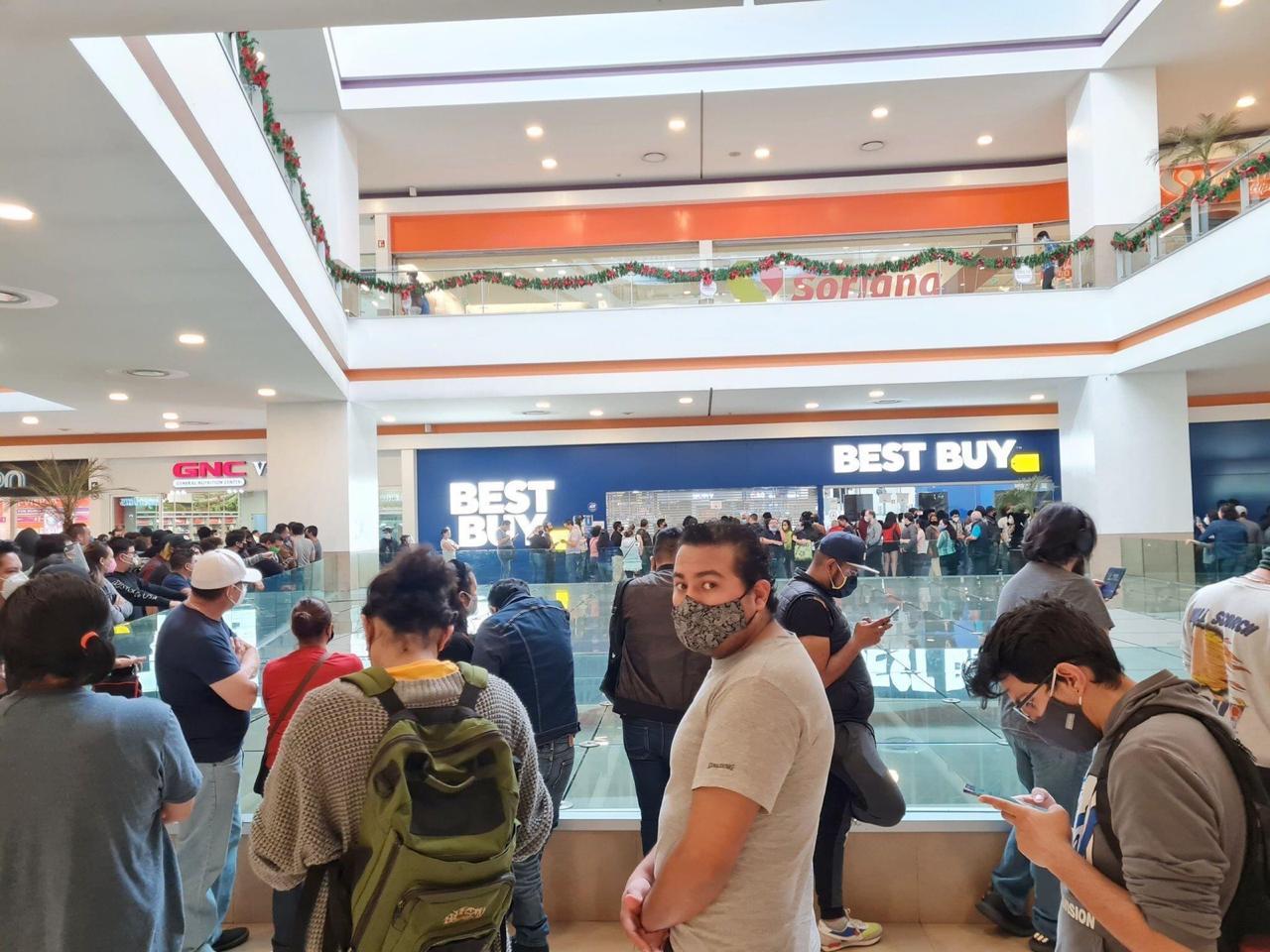 Cierran tiendas Best Buy por saturación en su primer día de liquidación