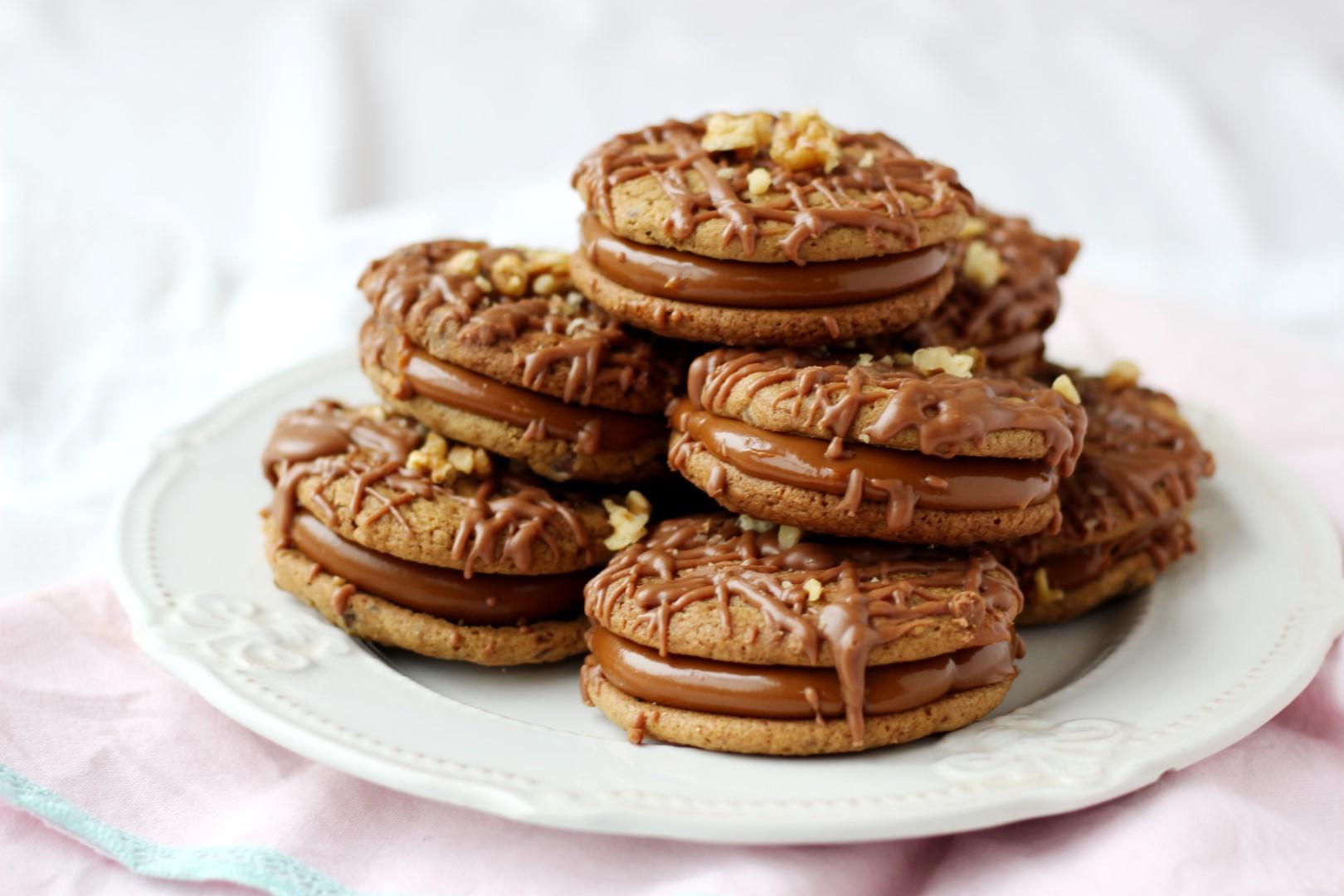Receta alfajores con galletitas con chispas de chocolate, relleno de dulce de leche y baño fácil