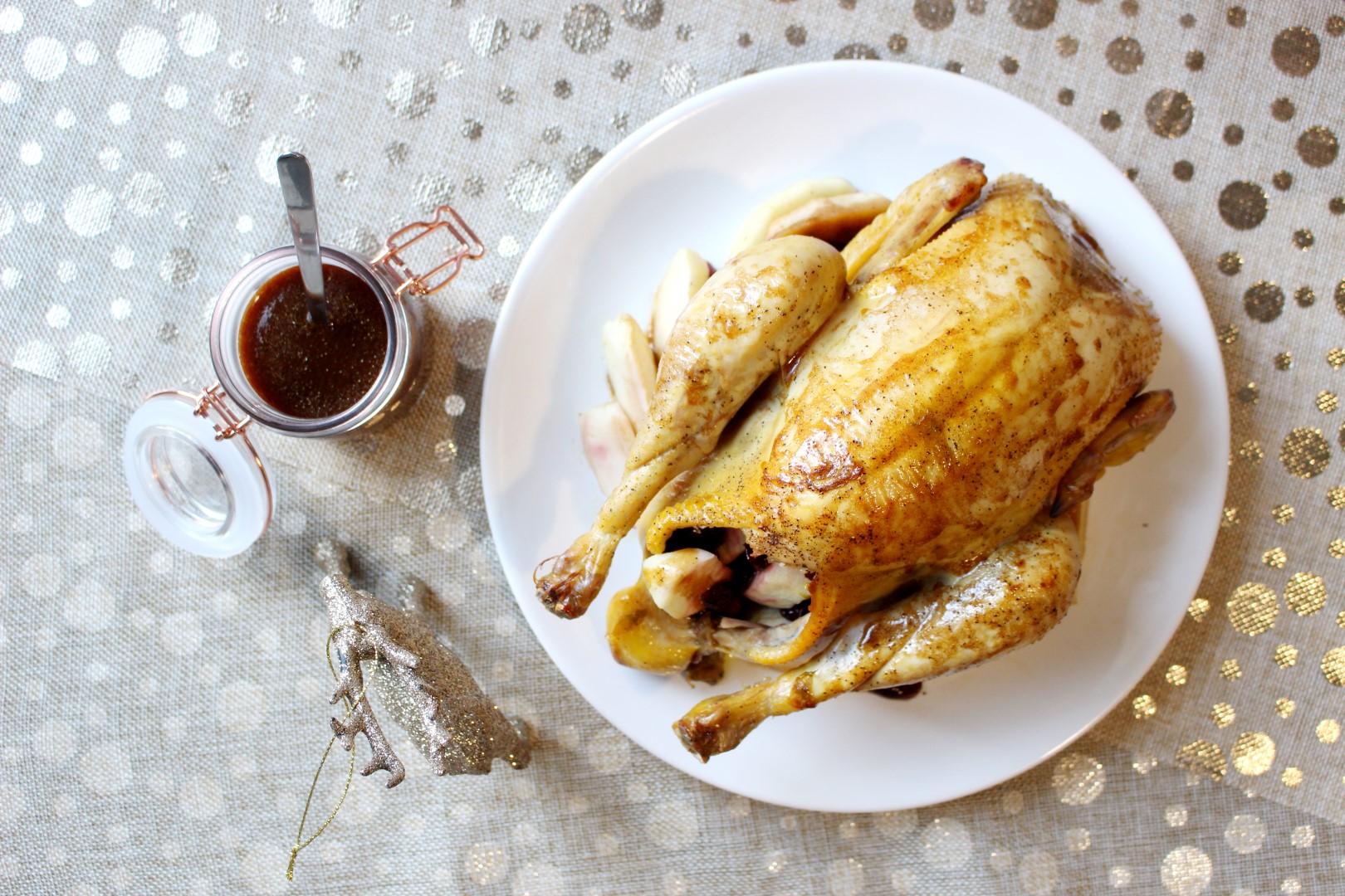 Pollo relleno al horno con manzanas y pasas.