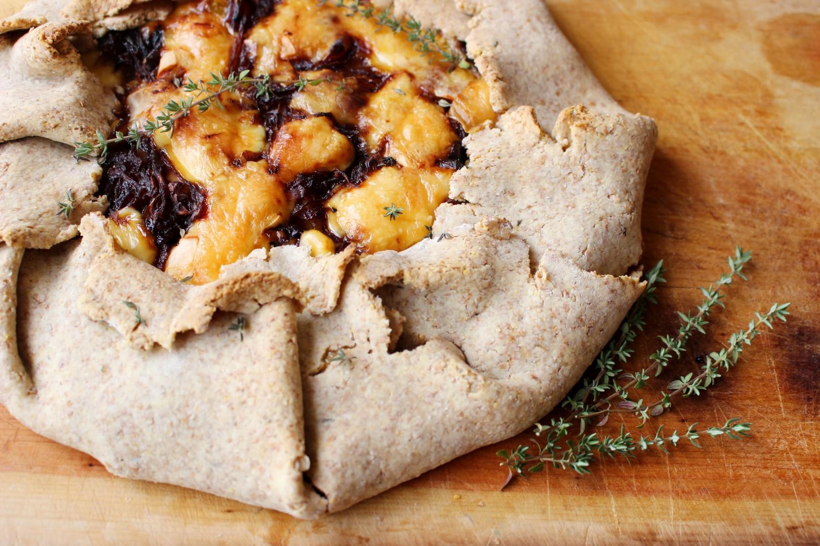 tarta de queso en forma de galette, calabacín y cebollas caramelizadas, receta fácil, recetas de cocina.