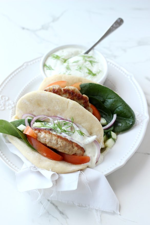 sandwich gyro de cerdo, salsa tzatziki, recetas de cerdo, recetas de cocina