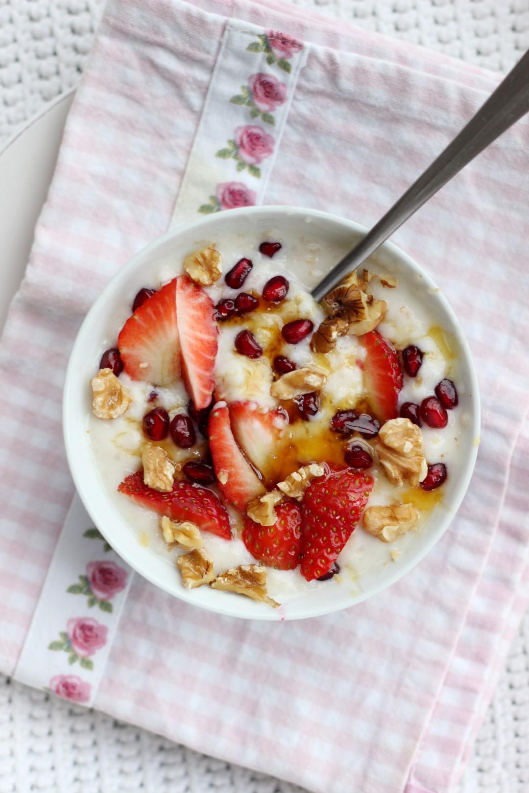avena con yogurt, beneficios, bajar de peso, salud, porridge, copos de avena, avena propiedades, desayunos saludables, desayunos para niños.