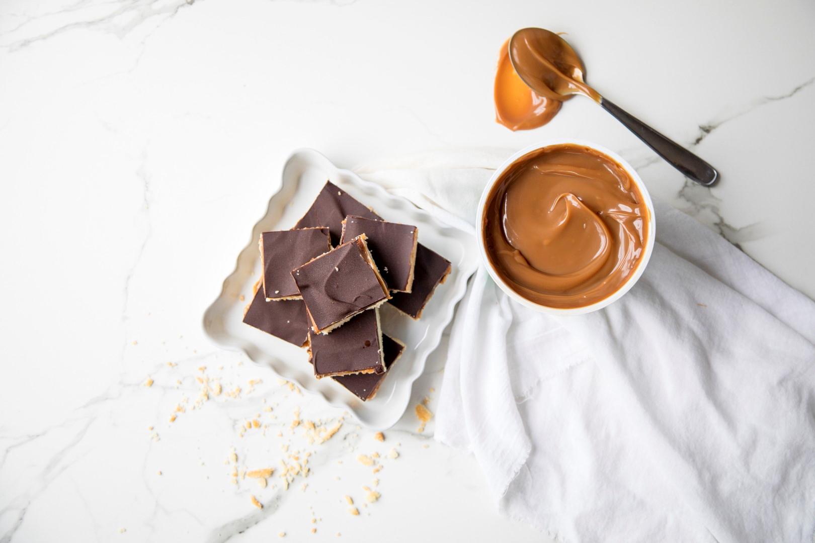 cuadraditos dulces shortbread de dulce de leche y chocolate, meriendas, postres, recetas de postres, recetas de cocina, fácil, dulce de leche Los Nietitos.