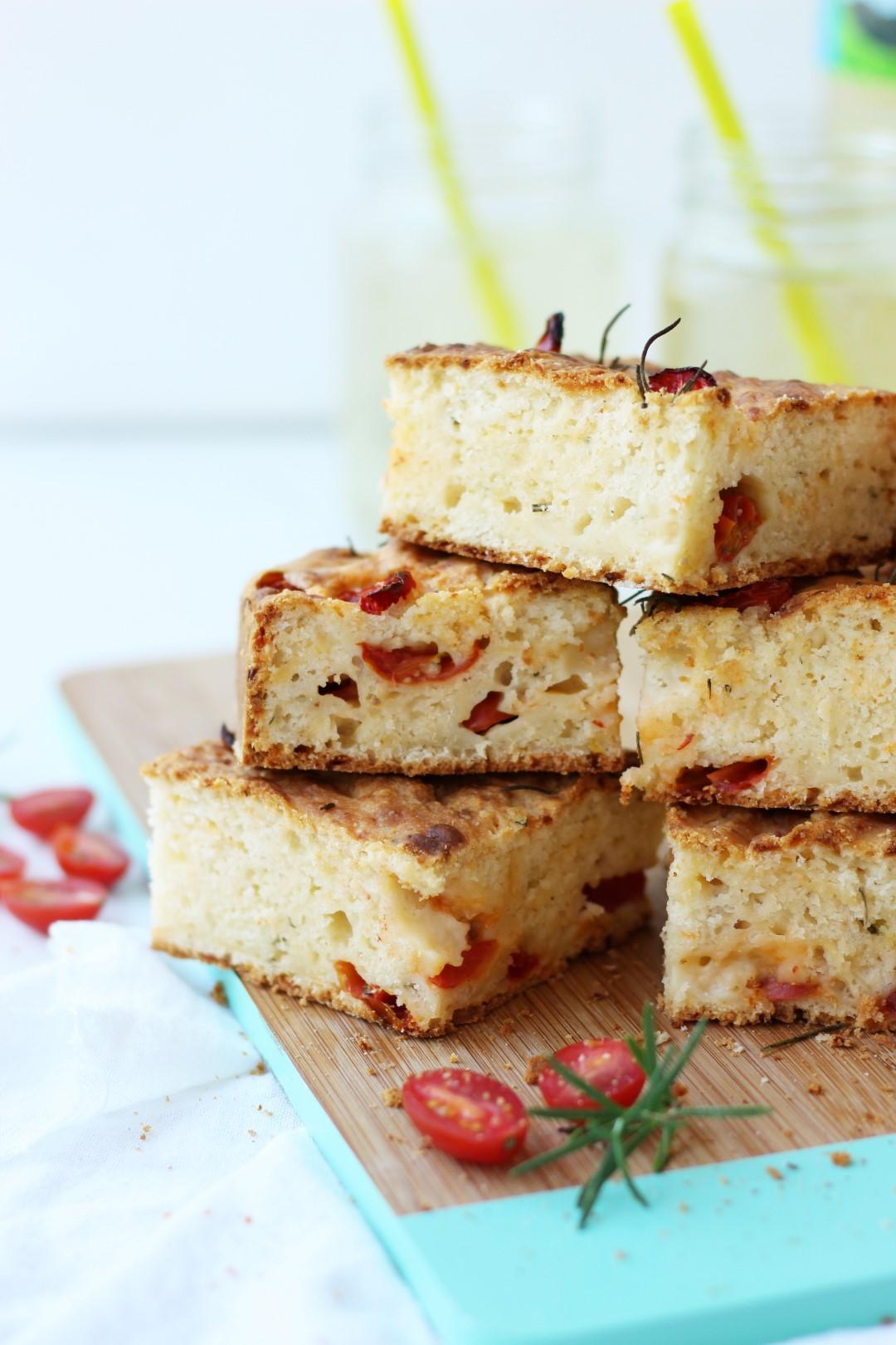 pan rápido de tomates cherry, romero y oliva, focaccia facil, recetas de cocina, cocina facil, recetas de pan.