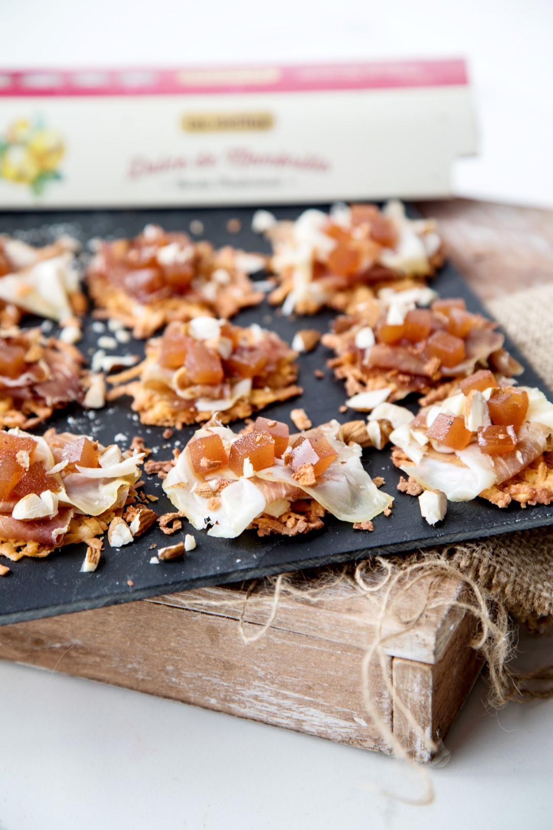 chips de queso parmesano, tuiles de parmesano, tejas de parmesano, jamón crudo y dulce de membrillo, bocaditos, fiestas, recetas para navidad.