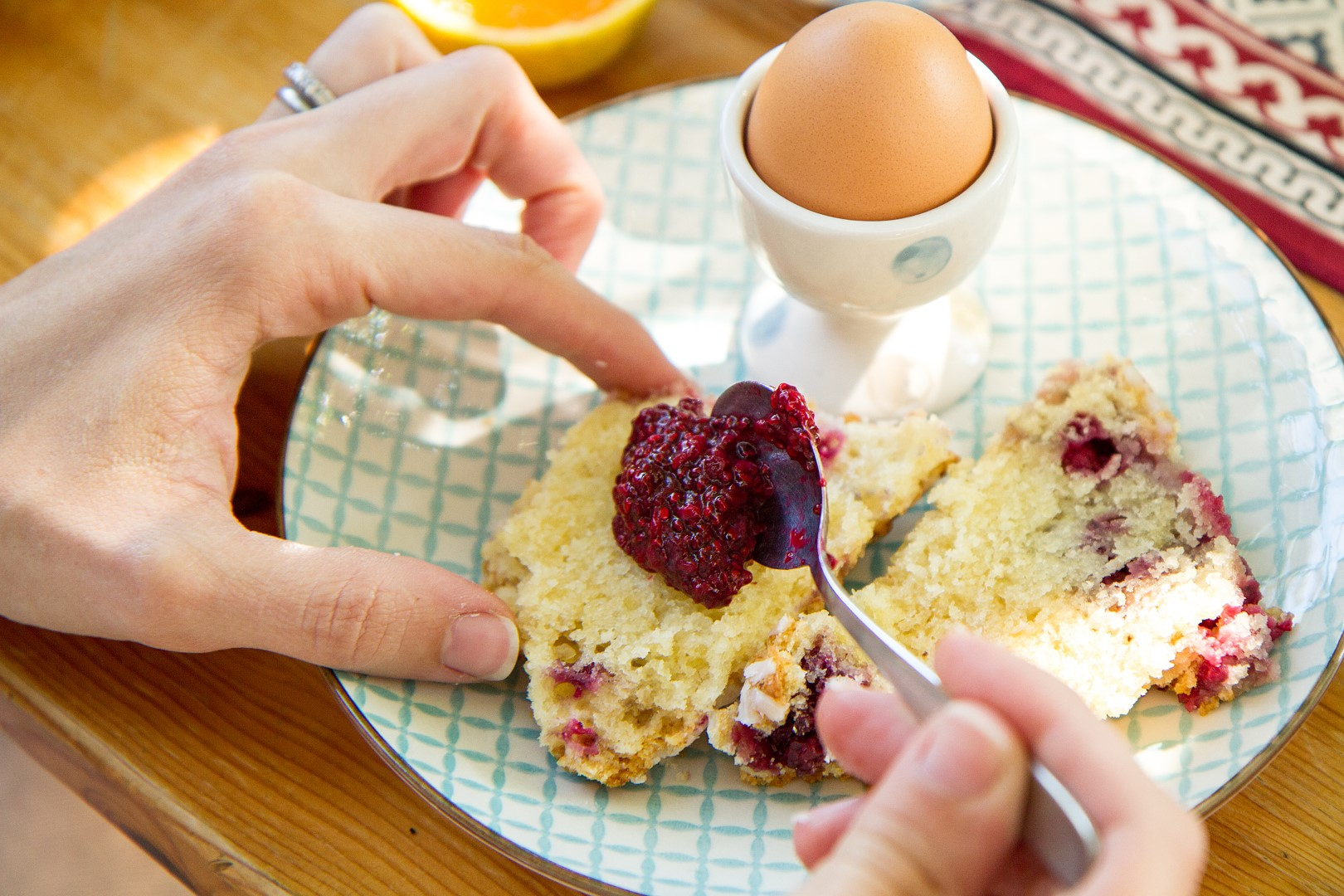 poner la mesa, la compañía del oriente, sur la table, blog, desayuno, mermelada casera, moras, chia, scones, receta.