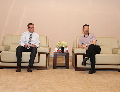 Bob Koontz with China's King Long Motors' President and CEO