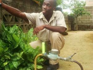 Funcionário da SWM (Surinaamse Water Maatschappij) instalando o sensor Ortomat na rede