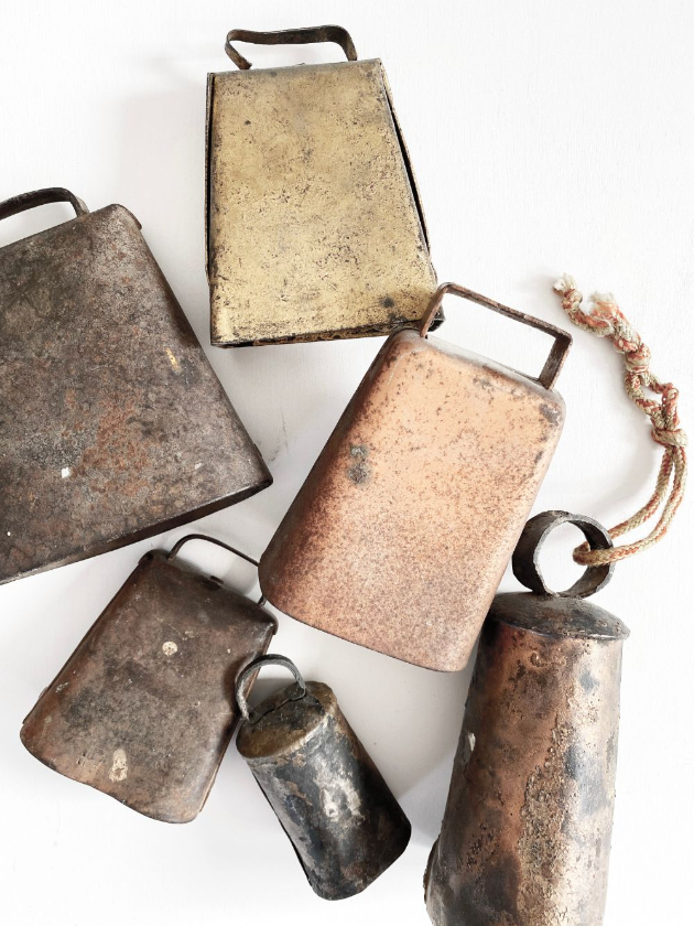 Name-Cowbells from above_Tag-Vignettes_Collection-Fall
