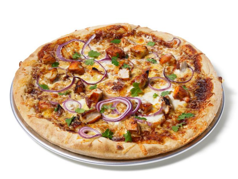 Image of a barbeque chicken pizza served in a plate