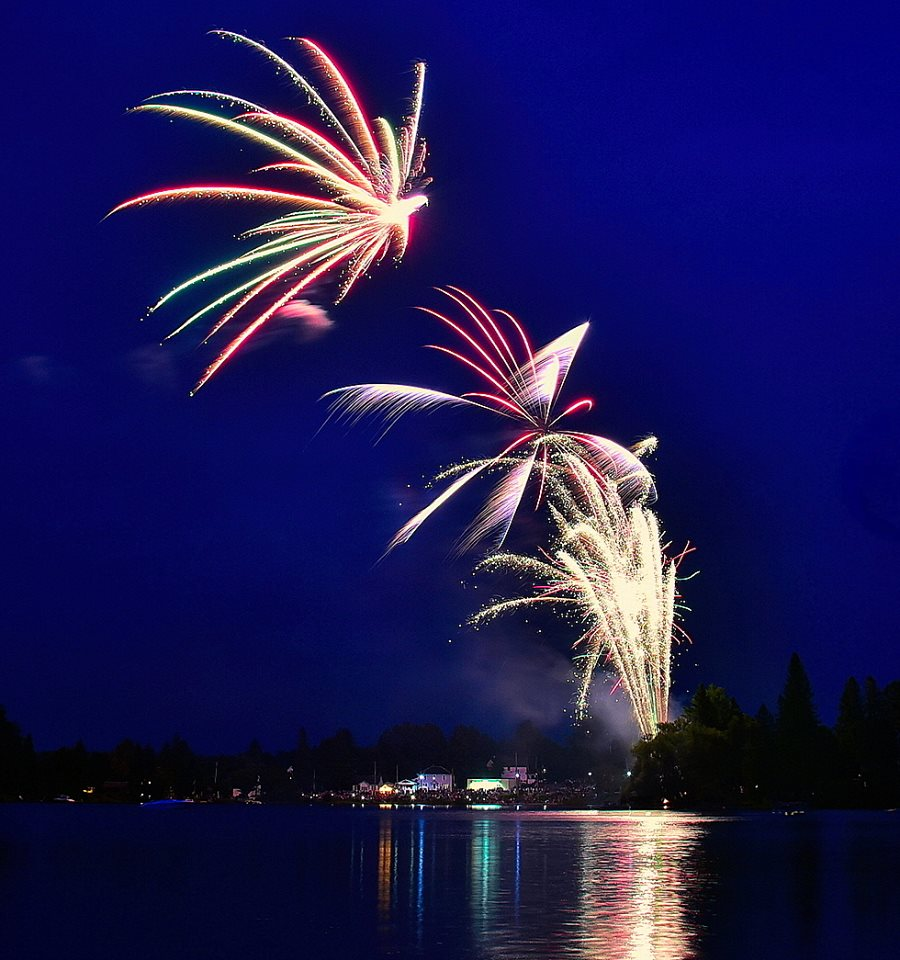 This image has an empty alt attribute; its file name is Regatta-Labour-Day-Fireworks-2018-II.jpg
