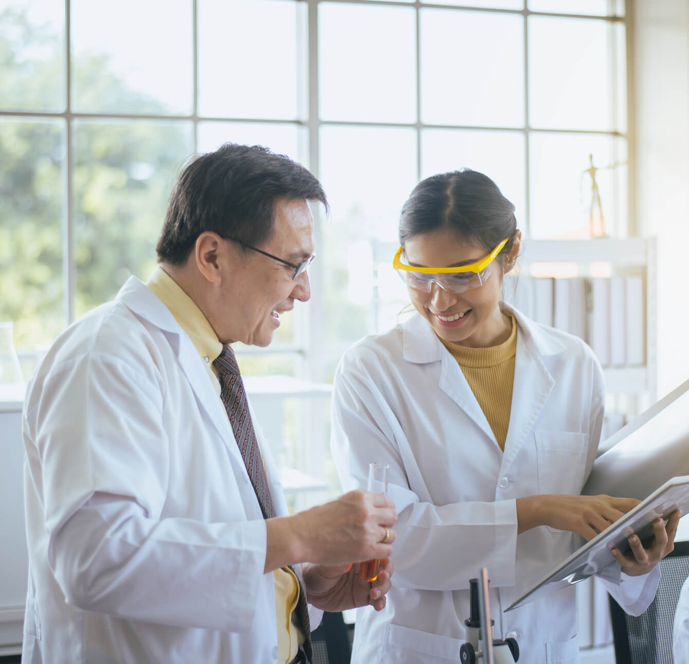academic-healthcare-scientists-in-lab
