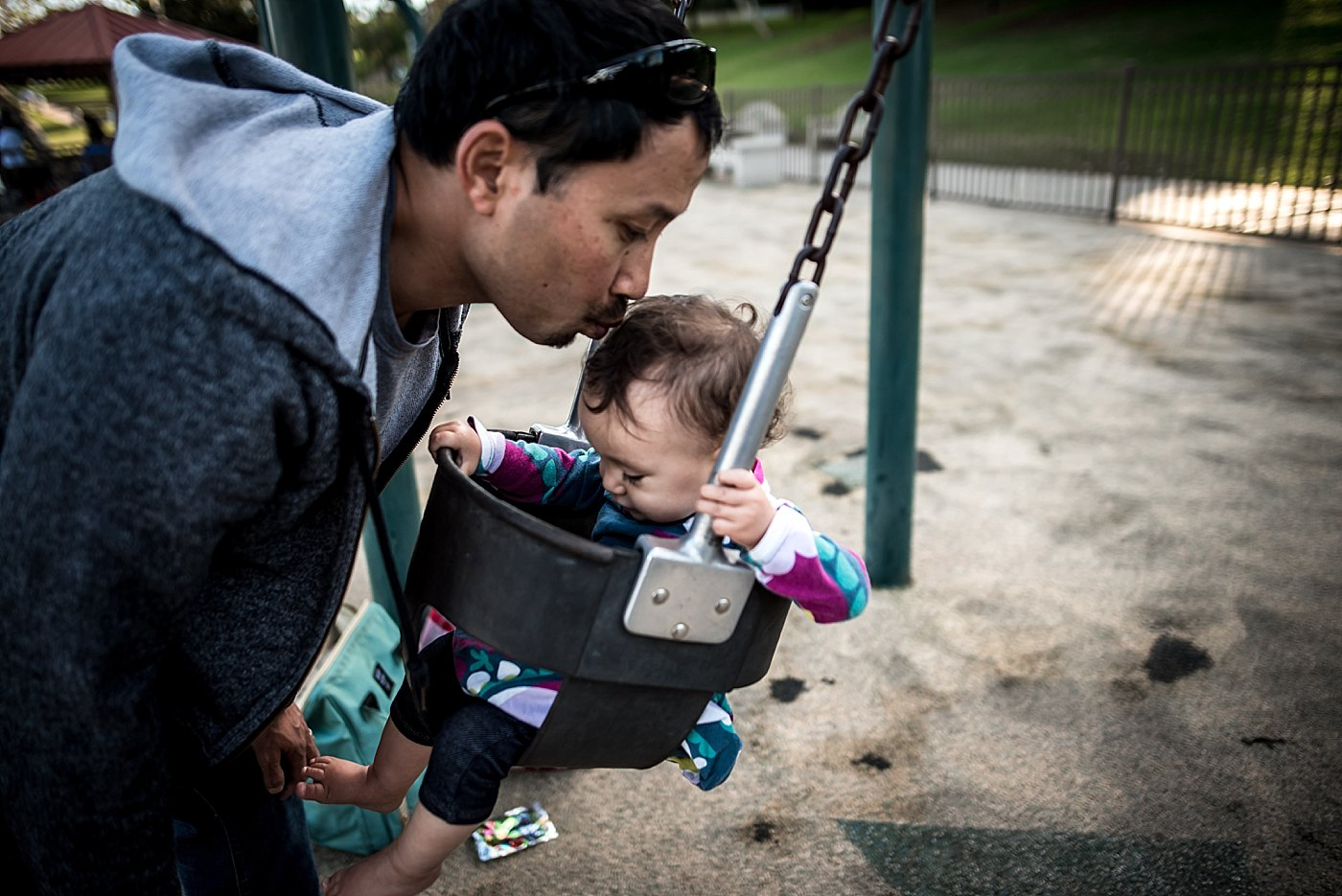 dad kissing daughter in the swing redondo beach redlands family photograper