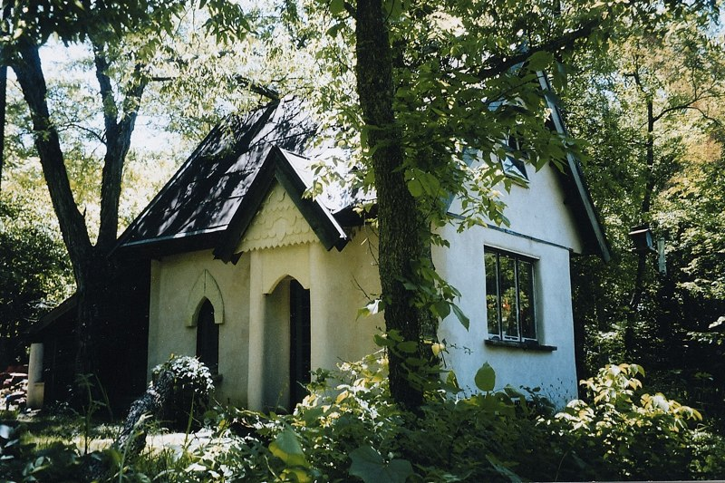 Middlemas' cabin in the woods.