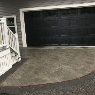 Driveway using New York Treo field with a Burgundy Red interior border and Series 3000 Black Granite exterior border