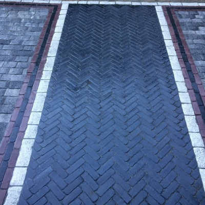 Walkway with Basalt Copthorne field with Peppered Granite Tribecca interior border, Burgundy red interior border, Basalt Copthorne exterior border