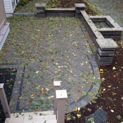 Sierra Beacon Hill Flagstone field with a Basalt Copthorne interior border and a Sierra Brussels paver exterior border.