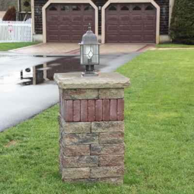 Sierra Estate wall with a Burgundy Red Copthorne vertical accent and a Buff Ledgestone Cap