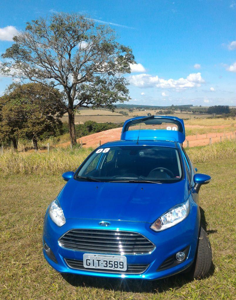 Novo Fiesta, agilidade na estrada e porta-malas com capacidade para levar duas malas grandes e uma mochila