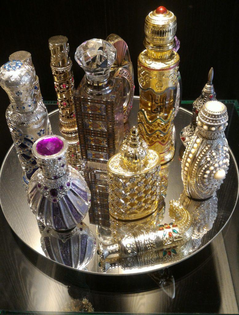 Alguns dos perfumes em frascos-joias da Al Azhra