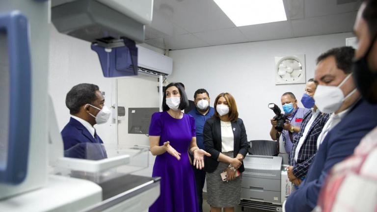 Primera Dama y director del SNS entregan equipos al INCART