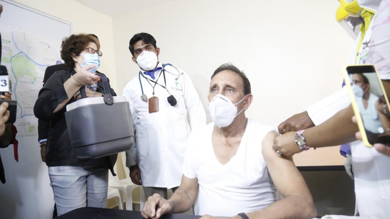 Doctor Cruz Jiminian felicita al presidente Abinader por respetar protocolo de vacunación contra el COVID-19