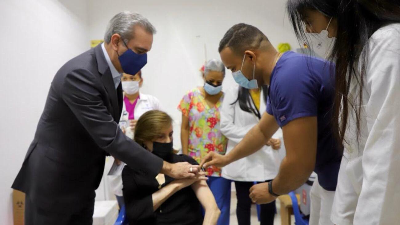 SANTO DOMINGO.- El presidente Luis Abinader acompañó la mañana de este miércoles a su madre Sula Corona a aplicarse la primera dosis