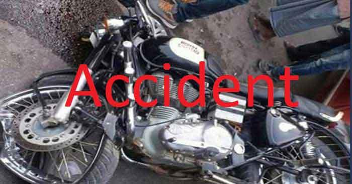 देवकली  चट्टी के पास गड्ढे में पलटी मोटरसाइकिल, दो युवक घायल
