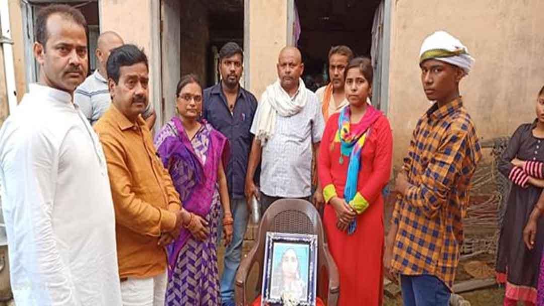 शिक्षकों ने मृतक रसोइये के बच्चों को दिया 25,000 रु. का अंशदान