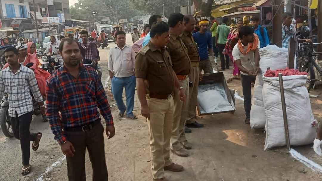 बैरिया  बाजार में NH-31 की पटरियों से दुकानें हटवायीं पुलिस ने