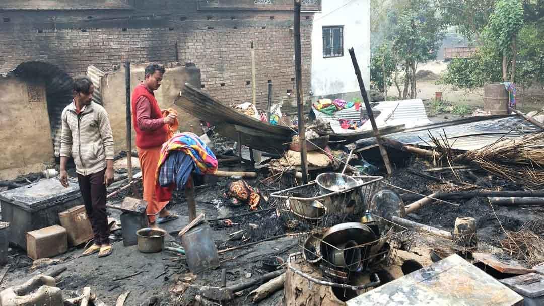 आग की लपट से शिवपुर दीयर नई बस्ती की 6 झोंपड़ियां हुईं राख