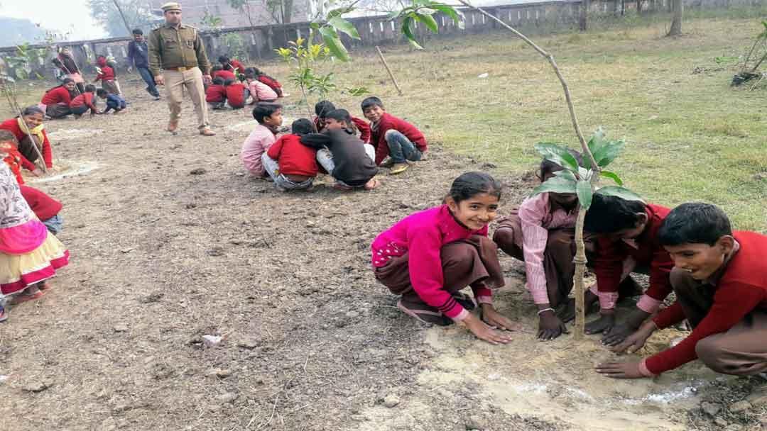 जिलाधिकारी ने नन्हें स्कूली बच्चों के साथ मिलकर किया पौधरोपण