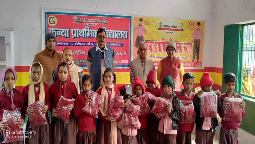 नगवा के प्रधान प्रतिनिधि ने छात्र-छात्राओं को बांटा ऊनी स्वेटर