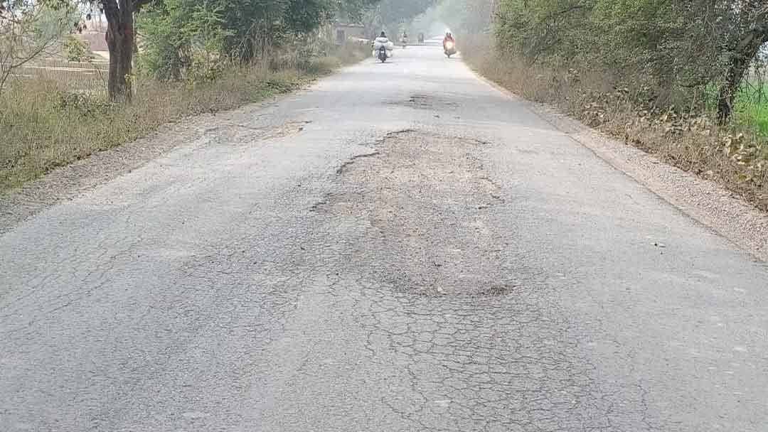 कई इलाकों में गड्ढे में तब्दील हो गया है सिकंदरपुर-लालगंज मार्ग