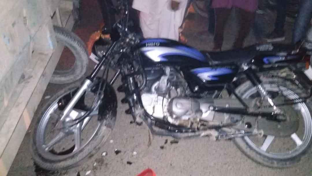 खड़े ट्रक से टकरायी बाइक,बड़े भाई की मौत और छोटा गंभीर
