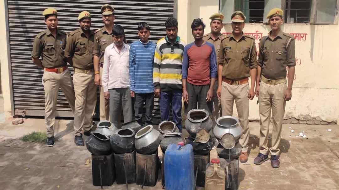 खरौनी गांव में अवैध कच्ची शराब के साथ चार आरोपी गिरफ्तार