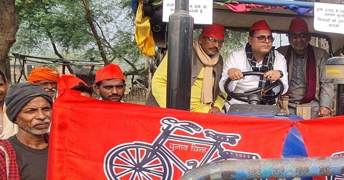 सपा नेताओं ने निकाली ट्रैक्टर रैली, बैरिया तहसील पर किया प्रदर्शन