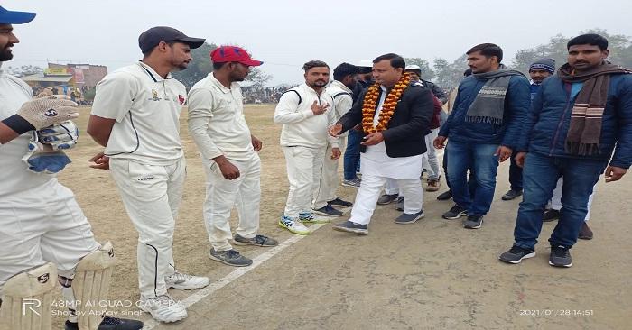 जिला स्तरीय क्रिकेट में मऊ की टीम फाइनल में पहुंची