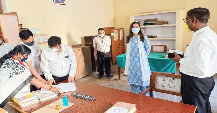 डीएम अदिति सिंह ने किया रसड़ा तहसील और ब्लॉक ऑफिस का निरीक्षण, कर्मचारियों के सुस्त रवैये पर जताई नाराजगी